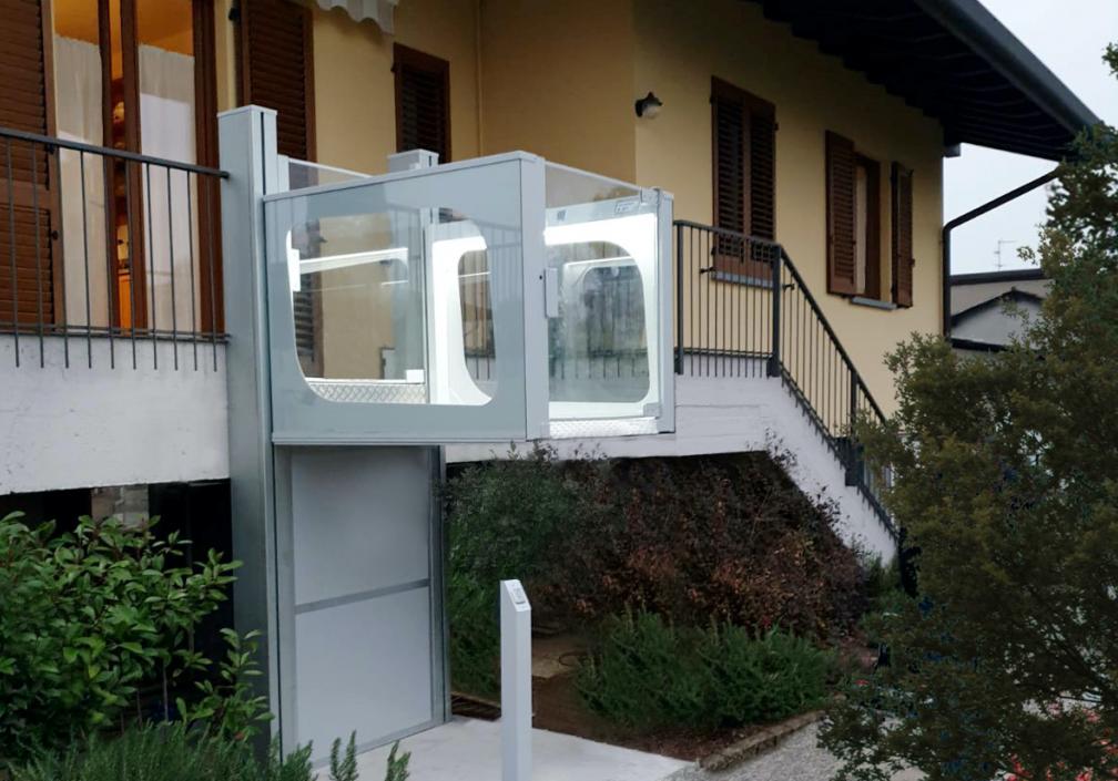 Mini lift to raised level outdoors